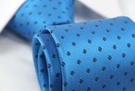Nebesky modrá pánská kravata se vzorem