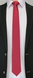 Tmavě červená elegantní kravata s kostičkami