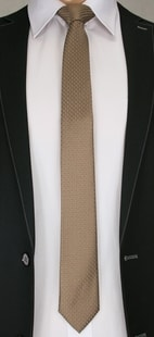 Hnědá pánská kravata se vzorem