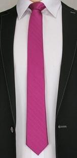 Expresivní fialová kravata s jemným vzorem